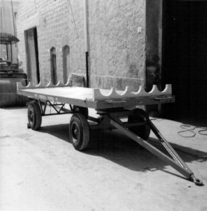 Vecchia sede di Via Orfanotrofio, 9 - Rimorchio per trasporto pali (anno 1963)